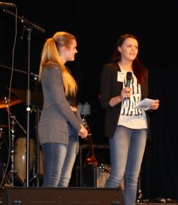 Inger Nesbakk og Alice Beate Holm var årets konferansierer! Dei var svært dyktige og leia forestillinga framifrå !